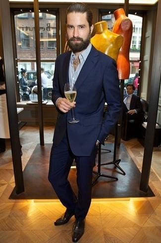 Combinar unos zapatos oxford de cuero marrónes: Considera ponerse un traje azul marino y una camisa de manga larga celeste para rebosar clase y sofisticación. ¿Te sientes valiente? Opta por un par de zapatos oxford de cuero marrónes.