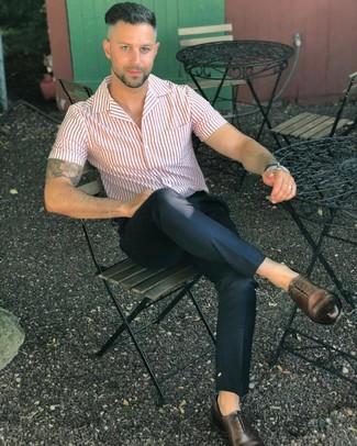 Cómo combinar: zapatos oxford de cuero en marrón oscuro, pantalón chino negro, camisa de manga corta de rayas verticales en blanco y rojo