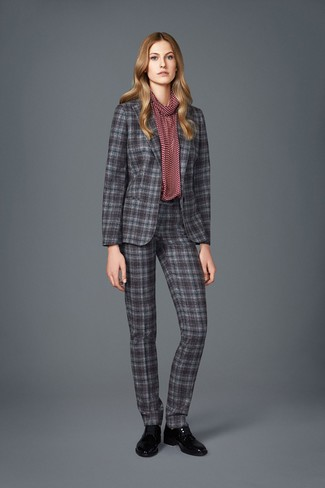 Combinar un traje de tartán gris: Elige una blusa de manga larga estampada burdeos y un traje de tartán gris para lograr un look de vestir pero no muy formal. Zapatos oxford de cuero negros son una opción incomparable para completar este atuendo.