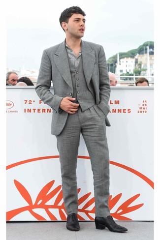 Cómo combinar: zapatos oxford de cuero negros, camisa de manga larga estampada gris, traje de tres piezas gris
