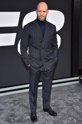 Cómo combinar: zapatos oxford de cuero negros, jersey de cuello alto azul marino, traje de rayas verticales en gris oscuro
