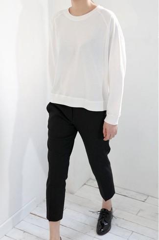 Cómo combinar: zapatos oxford de cuero negros, pantalón de pinzas negro, sudadera blanca