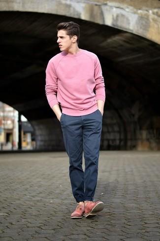 Cómo combinar: zapatos oxford de cuero rosados, pantalón chino azul marino, jersey con cuello circular rosado