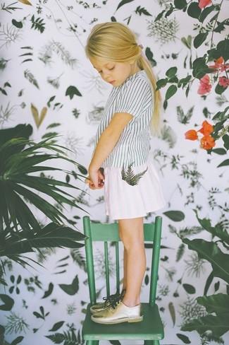 Cómo combinar: zapatos oxford dorados, falda blanca, camiseta de rayas verticales blanca