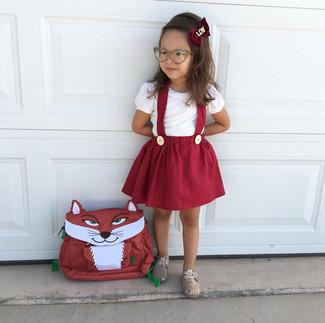 Cómo combinar: mochila roja, zapatos oxford dorados, falda roja, camiseta blanca