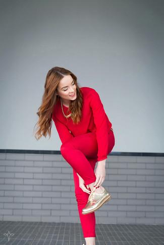 Cómo combinar: collar dorado, zapatos oxford de cuero dorados, pantalones pitillo rojos, blusa de manga larga roja
