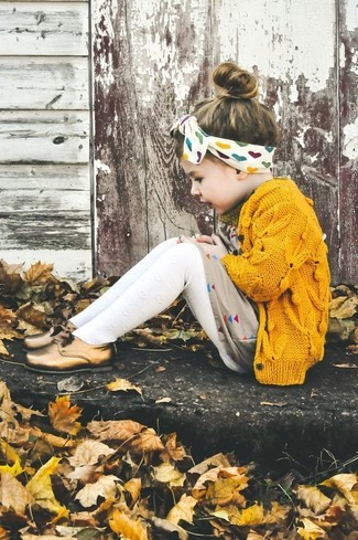 Cómo combinar: medias blancas, zapatos oxford dorados, vestido en beige, cárdigan amarillo
