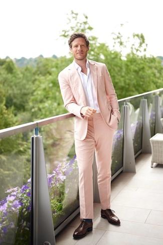 Cómo combinar: calcetines en verde azulado, zapatos oxford de cuero en marrón oscuro, camisa de manga larga blanca, traje rosado