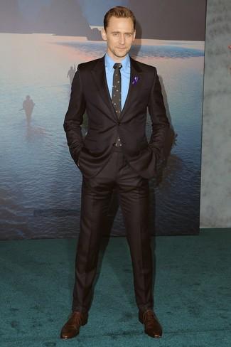 Cómo combinar: corbata con print de flores negra, zapatos oxford de cuero en marrón oscuro, camisa de vestir azul, traje en marrón oscuro