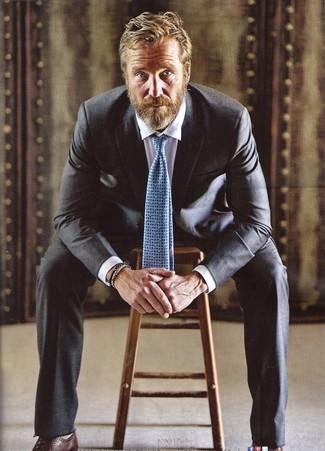 Combinar una corbata estampada celeste para hombres de 50 años: Ponte un traje negro y una corbata estampada celeste para un perfil clásico y refinado. ¿Quieres elegir un zapato informal? Haz zapatos oxford de cuero en marrón oscuro tu calzado para el día.