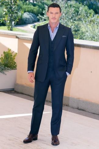 Cómo combinar: pañuelo de bolsillo a lunares en azul marino y blanco, zapatos oxford de cuero en marrón oscuro, camisa de vestir celeste, traje de tres piezas azul marino