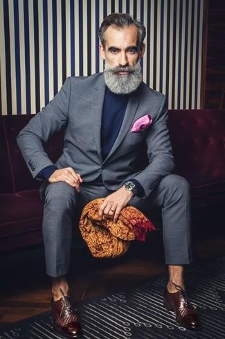 Combinar un pañuelo de bolsillo rosa: Elige un traje a cuadros gris y un pañuelo de bolsillo rosa para un look diario sin parecer demasiado arreglada. Con el calzado, sé más clásico y completa tu atuendo con zapatos oxford de cuero en marrón oscuro.