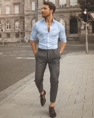 Combinar unos zapatos oxford de cuero en marrón oscuro: Para un atuendo que esté lleno de caracter y personalidad elige una camisa de manga larga celeste y un pantalón chino de rayas verticales gris. Opta por un par de zapatos oxford de cuero en marrón oscuro para mostrar tu inteligencia sartorial.