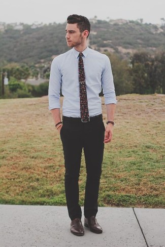 Cómo combinar: corbata con print de flores negra, zapatos oxford de cuero en marrón oscuro, pantalón de vestir negro, camisa de vestir celeste