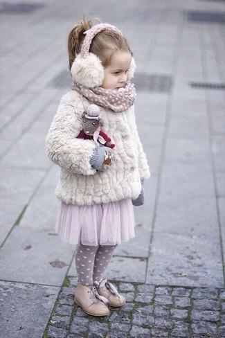 Cómo combinar: guantes grises, zapatos oxford en beige, falda de tul rosada, chaqueta de pelo blanca