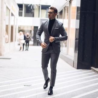 Combinar unos zapatos oxford de cuero negros: Haz de un traje gris y un jersey de cuello alto negro tu atuendo para un perfil clásico y refinado. ¿Por qué no ponerse zapatos oxford de cuero negros a la combinación para dar una sensación más clásica?