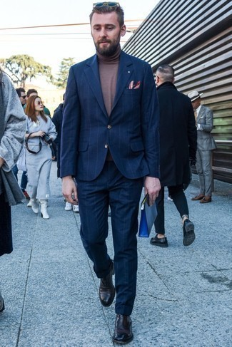 Combinar unos zapatos oxford de cuero: Si buscas un look en tendencia pero clásico, empareja un traje de rayas verticales azul marino junto a un jersey de cuello alto marrón. ¿Te sientes valiente? Usa un par de zapatos oxford de cuero.