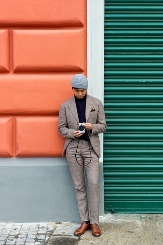 Combinar un jersey de cuello alto azul marino: Intenta combinar un jersey de cuello alto azul marino con un traje de tartán en beige para el after office. Zapatos oxford de cuero marrónes son una forma sencilla de mejorar tu look.