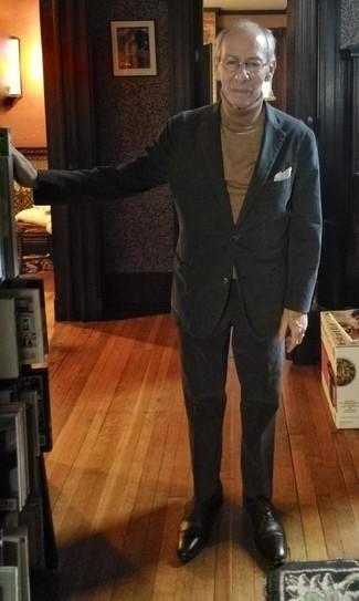 Combinar un pañuelo de bolsillo blanco: Utiliza un traje negro y un pañuelo de bolsillo blanco para un look diario sin parecer demasiado arreglada. Con el calzado, sé más clásico y elige un par de zapatos oxford de cuero negros.