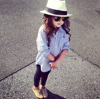 Cómo combinar: sombrero blanco, zapatos oxford marrón claro, leggings negros, camisa de vestir celeste