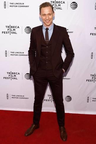 Look de moda: Corbata estampada burdeos, Zapatos oxford de cuero marrónes, Camisa de vestir celeste, Traje de tres piezas burdeos