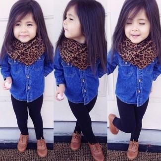 Cómo combinar: bufanda marrón, zapatos oxford marrónes, leggings negros, camisa de vestir vaquera azul