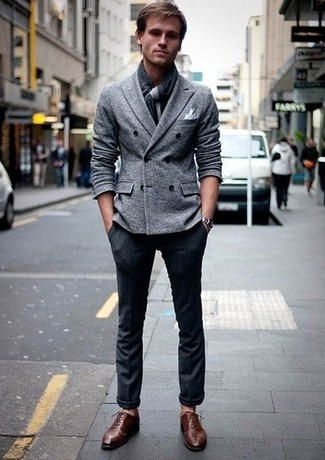Cómo combinar: bufanda en gris oscuro, zapatos oxford de cuero marrónes, pantalón de vestir azul marino, blazer cruzado de lana gris