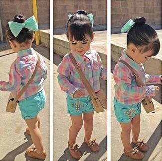 Cómo combinar: zapatos oxford marrónes, pantalones cortos en verde menta, camisa de vestir rosada