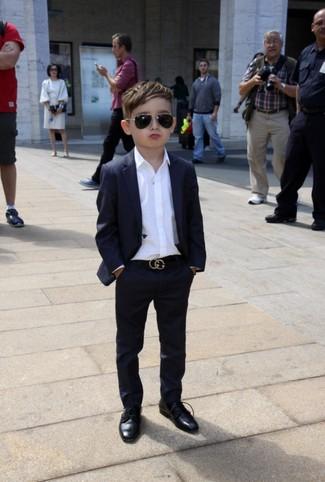 Cómo combinar: zapatos oxford negros, camisa de manga larga blanca, traje negro