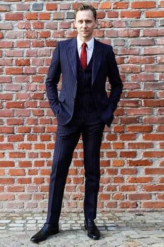 Cómo combinar: corbata de seda roja, zapatos oxford de cuero negros, camisa de vestir blanca, traje de tres piezas de rayas verticales azul marino