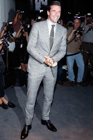 Combinar una corbata de punto gris: Considera ponerse un traje de tartán gris y una corbata de punto gris para rebosar clase y sofisticación. Zapatos oxford de cuero negros son una opción buena para completar este atuendo.