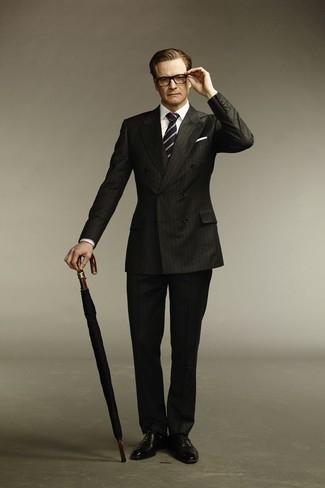 Cómo combinar: corbata de rayas verticales en azul marino y blanco, zapatos oxford de cuero negros, camisa de vestir blanca, traje de rayas verticales negro
