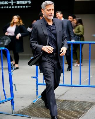 Cómo combinar: correa de cuero negra, zapatos oxford de cuero negros, camisa de vestir negra, traje negro
