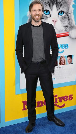 Cómo combinar: correa de cuero negra, zapatos oxford de cuero negros, camiseta con cuello circular de rayas horizontales en negro y blanco, traje negro