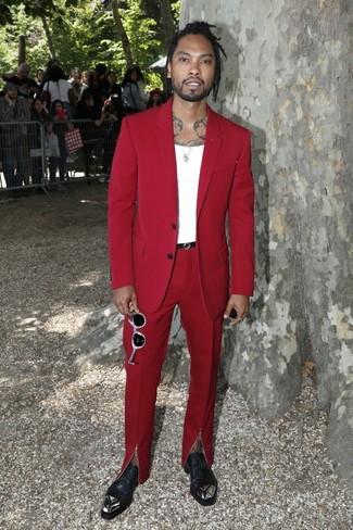 Combinar un traje rojo: Utiliza un traje rojo y una camiseta sin mangas blanca para las 8 horas. Haz zapatos oxford de cuero con adornos negros tu calzado para mostrar tu inteligencia sartorial.