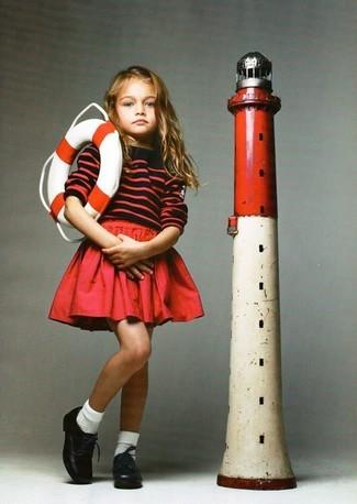 Cómo combinar: calcetines blancos, zapatos oxford de cuero negros, falda roja, jersey de rayas horizontales rojo