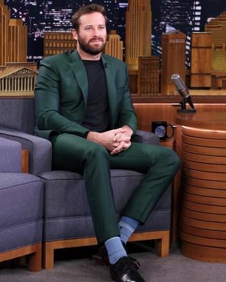 Cómo combinar: calcetines azules, zapatos oxford de cuero negros, jersey con cuello circular negro, traje verde oscuro
