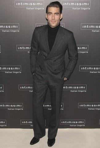 Combinar un traje de rayas verticales en gris oscuro: Elige un traje de rayas verticales en gris oscuro y un jersey de cuello alto negro para después del trabajo. Elige un par de zapatos oxford de cuero negros para mostrar tu inteligencia sartorial.