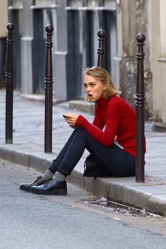 Cómo combinar: calcetines grises, zapatos oxford de cuero gruesos negros, vaqueros pitillo azul marino, jersey de cuello alto rojo