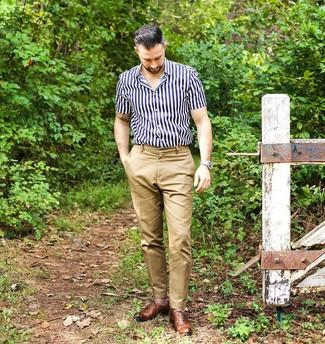 Cómo combinar: reloj de cuero en beige, zapatos oxford de cuero marrónes, pantalón chino marrón claro, camisa de manga corta de rayas verticales en azul marino y blanco