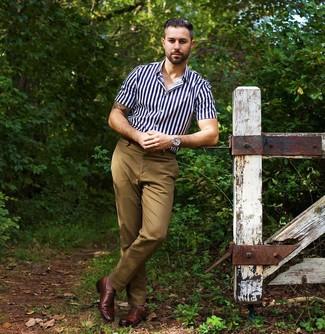 Cómo combinar: reloj plateado, zapatos oxford de cuero marrónes, pantalón chino marrón claro, camisa de manga corta de rayas verticales en azul marino y blanco