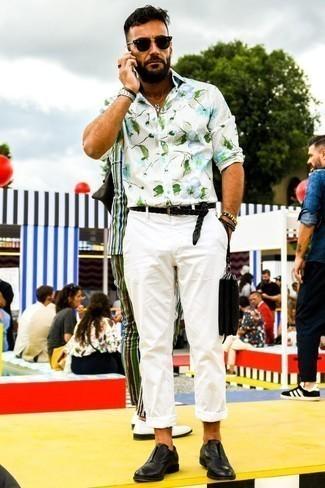 Combinar una camisa de manga corta con print de flores blanca: Una camisa de manga corta con print de flores blanca y un pantalón chino blanco son prendas que debes tener en tu armario. Con el calzado, sé más clásico y elige un par de zapatos oxford de cuero negros.