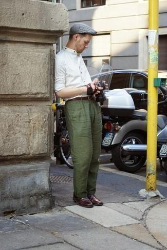 Combinar un pantalón chino verde oscuro: Ponte una camisa de manga larga de rayas verticales blanca y un pantalón chino verde oscuro para cualquier sorpresa que haya en el día. ¿Te sientes valiente? Elige un par de zapatos oxford de cuero burdeos.