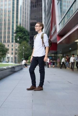 Combinar unos zapatos oxford de ante en marrón oscuro: Para un atuendo que esté lleno de caracter y personalidad utiliza una camisa de manga larga de rayas verticales celeste y un pantalón chino azul marino. ¿Te sientes valiente? Completa tu atuendo con zapatos oxford de ante en marrón oscuro.