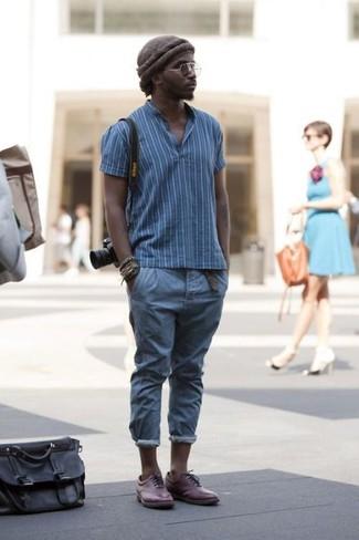 Look de moda: Gorro en marrón oscuro, Zapatos oxford de cuero burdeos, Pantalón chino azul, Camisa polo de rayas verticales azul