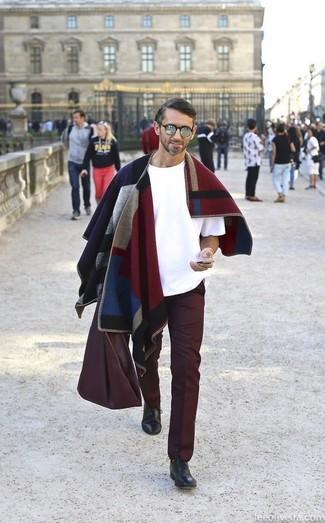 Cómo combinar: bolsa tote de cuero burdeos, zapatos oxford de cuero negros, pantalón chino burdeos, camiseta con cuello circular blanca