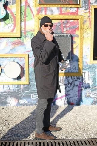 Cómo combinar: gorro negro, zapatos oxford de ante marrónes, pantalón chino en gris oscuro, chubasquero negro