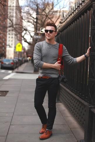 Combinar un jersey con cuello circular en gris oscuro: Casa un jersey con cuello circular en gris oscuro junto a un pantalón chino negro para un almuerzo en domingo con amigos. Con el calzado, sé más clásico y complementa tu atuendo con zapatos oxford de cuero en tabaco.