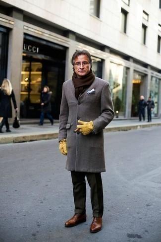 Combinar un pantalón de vestir verde oscuro: Empareja un abrigo largo gris junto a un pantalón de vestir verde oscuro para rebosar clase y sofisticación. Zapatos oxford de cuero marrónes son una opción inigualable para completar este atuendo.