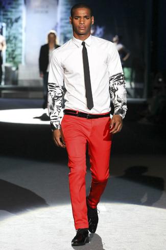 Cómo combinar: corbata negra, zapatos oxford de cuero negros, pantalón de vestir rojo, camisa de vestir estampada en blanco y negro